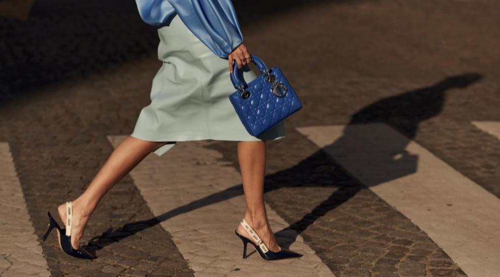 La falda de cuero se convierte en la prenda tendencia de la temporada.