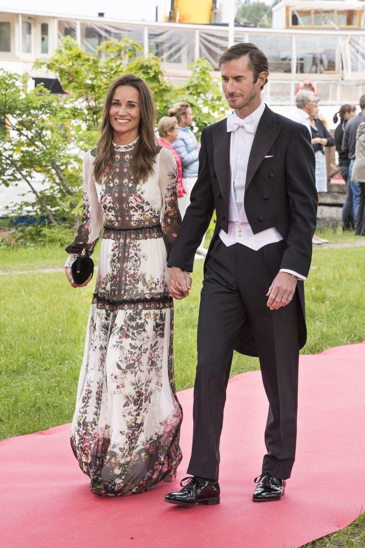 Pippa Middleton con vestido largo en una boda.