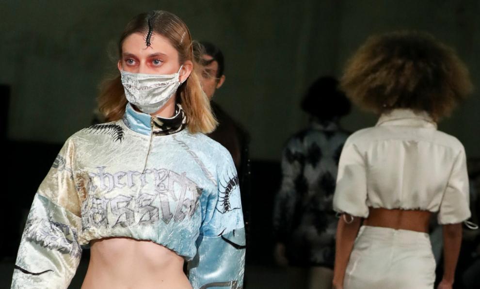 Las modelos de Cherry Massia desfilan con las mascarillas de la marca