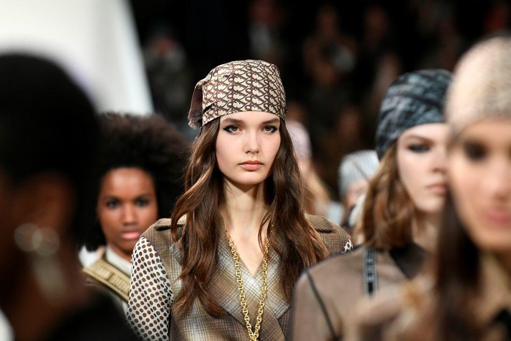 Los pañuelos en la cabeza serán tendencia: Desfile de Dior...