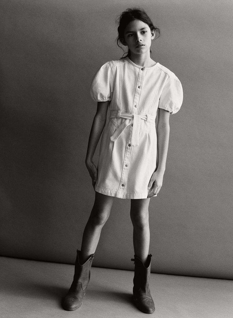 Ava Salazar con un vestido denim de Zara Kids