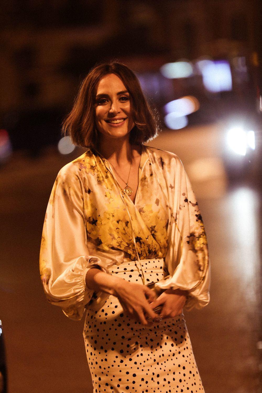 El look espectacular de Tamara Falcó en el que combinó estampados florales de su blusa con una falda arty en blanco y negro de Tcherassi.