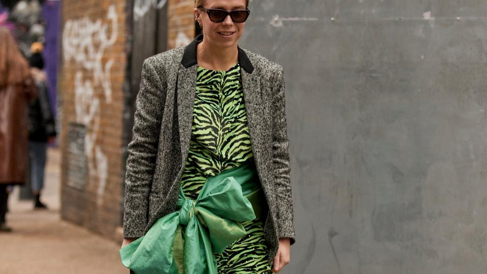 Una falda es la base perfecto para un look de invitada original y...