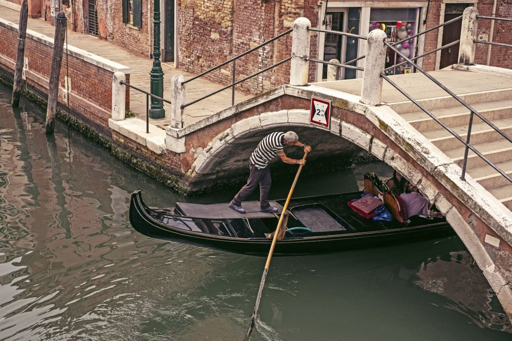 Una góndola pasando por uno de los canales de Dorsoduro