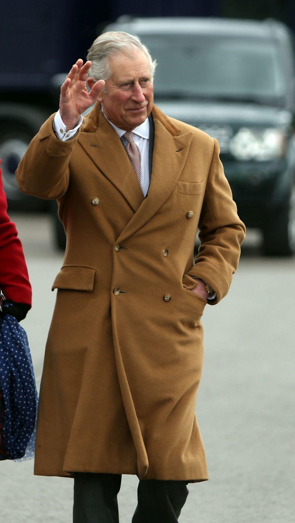 El modelo cruzado de cashmere color camel que Carlos de Inglaterra usa...