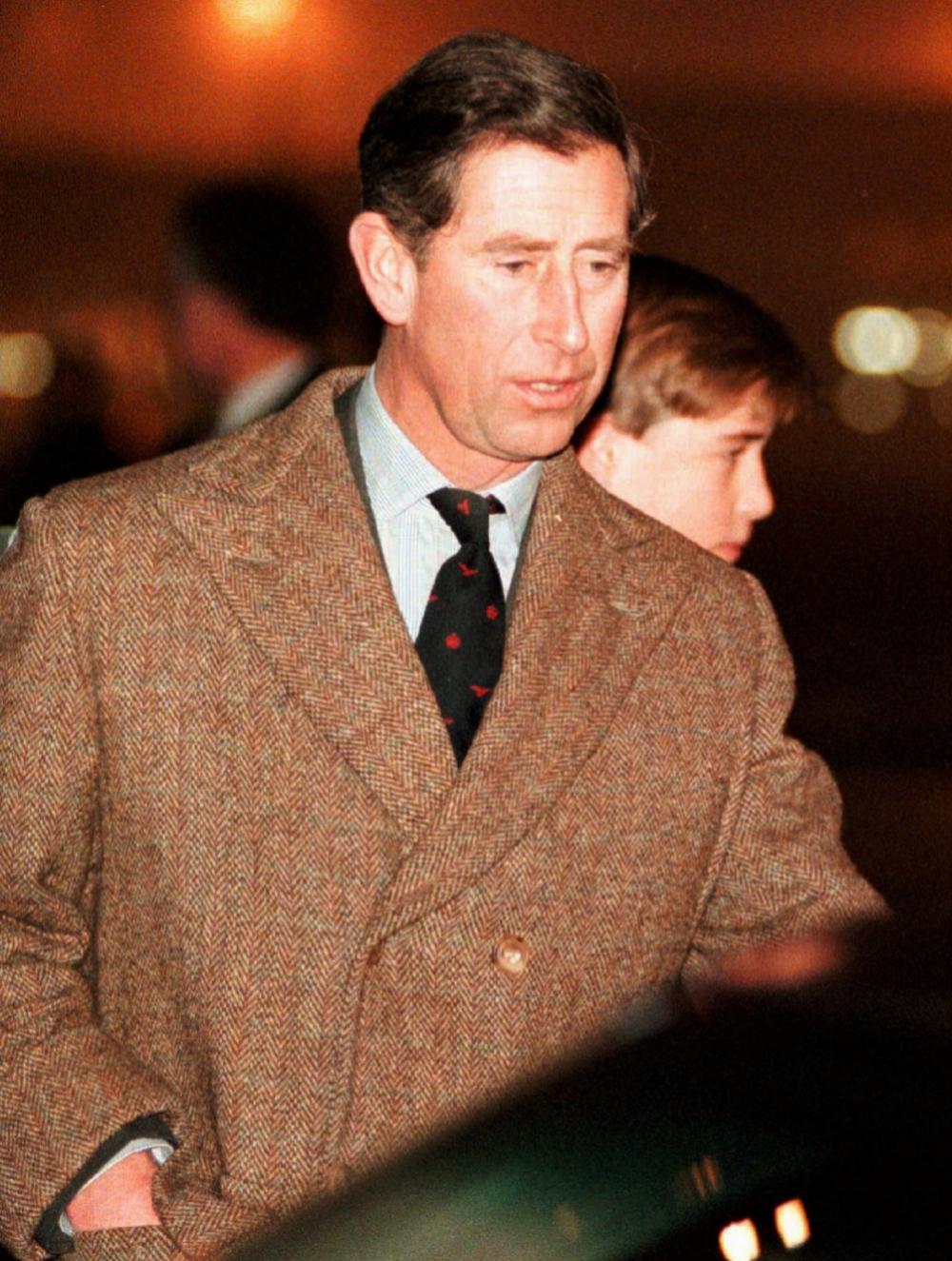 El príncipe Carlos de Inglaterra de joven con el abrigo de tweed...