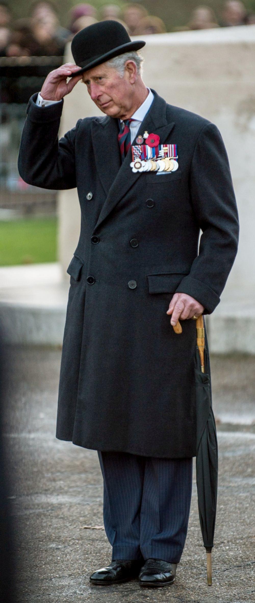 Este es el abrigo cruzado marino de cashmere que el príncipe combina...