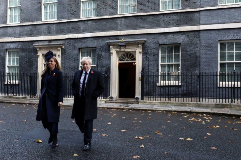 Carrie y Boris saliendo de su residencia oficial (noviembre 2019).