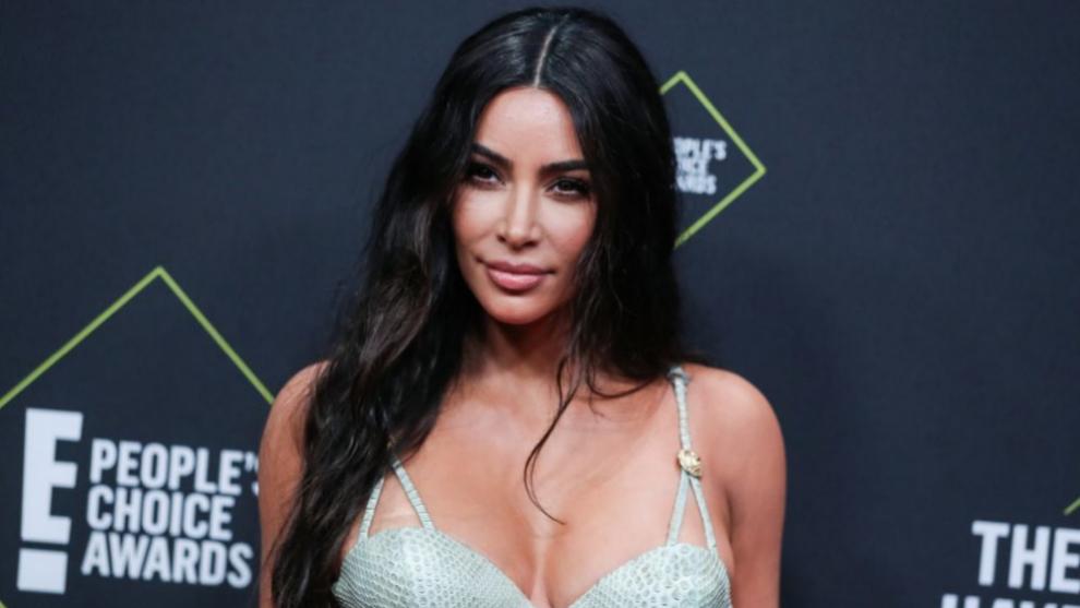 Kim Kardashian, luciendo su melena larga y llena de textura con ondas...