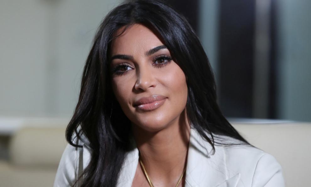 Kim Kardashian llama la atención con la elección de su bolso