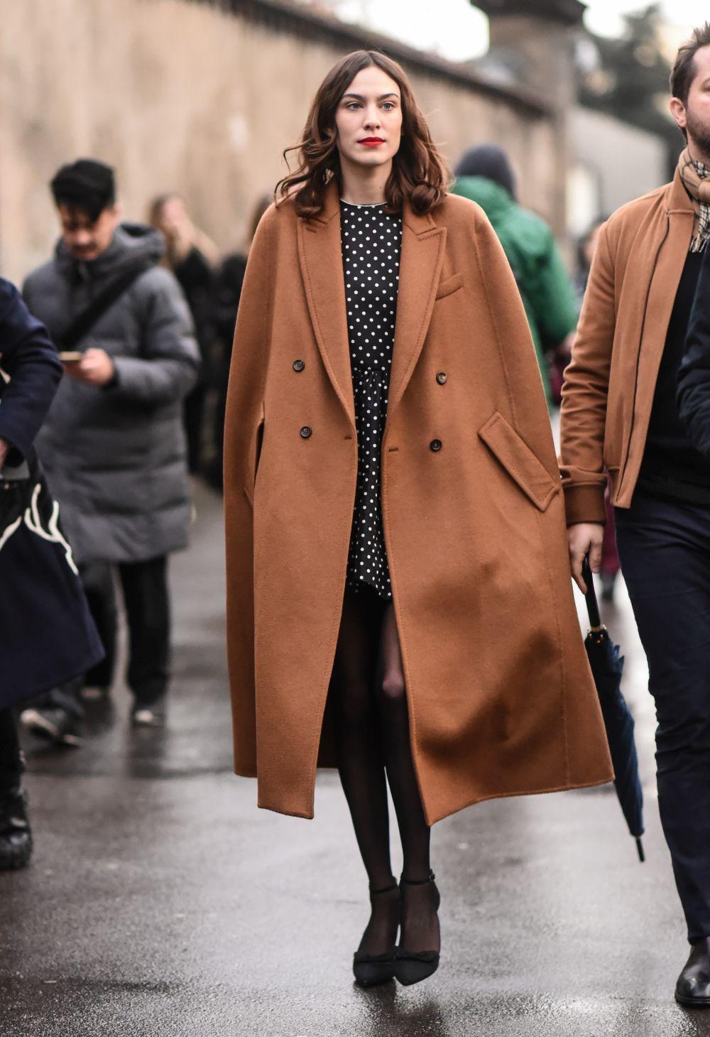 Alexa Chung con capa y vestido de Valentino.