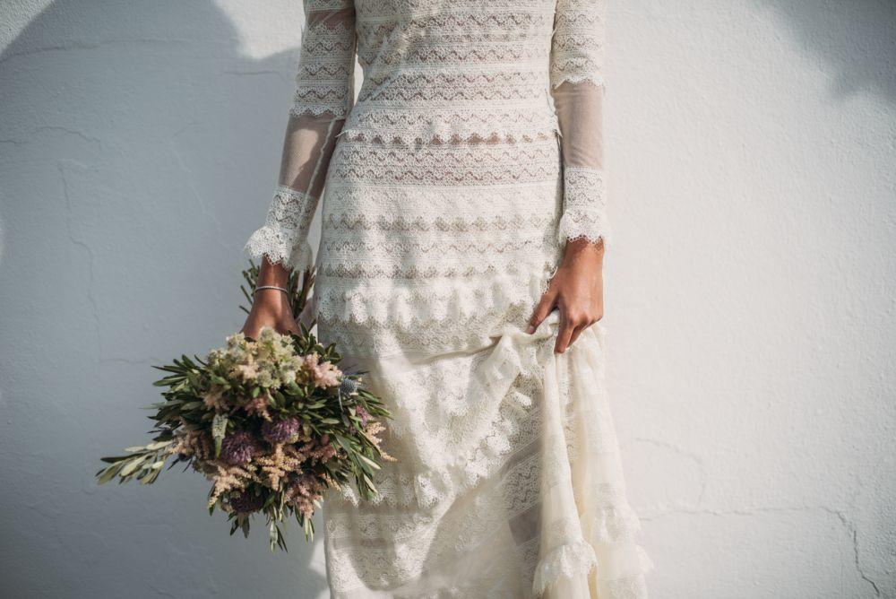 El vestido de novia de Beatriz Cabestany, de tul de algodón cosido a mano, se lo hizo en el taller de Teresa Helbig.