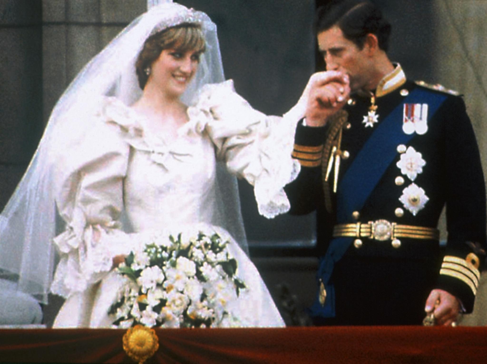 Lady Di se casó con Charles de Inglaterra en julio de 1981 con un vestido que hoy calificaríamos de excesivo.