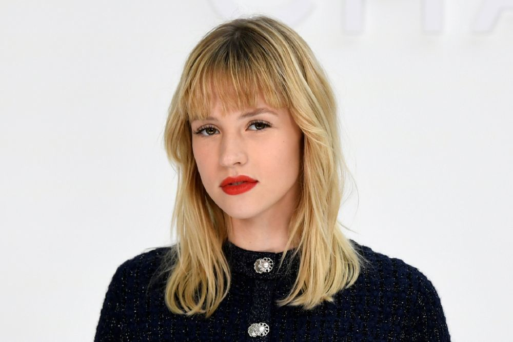 La cantante Angele luce un degradado sutil en su melena con flequillo recto con distintos tonos y matices.
