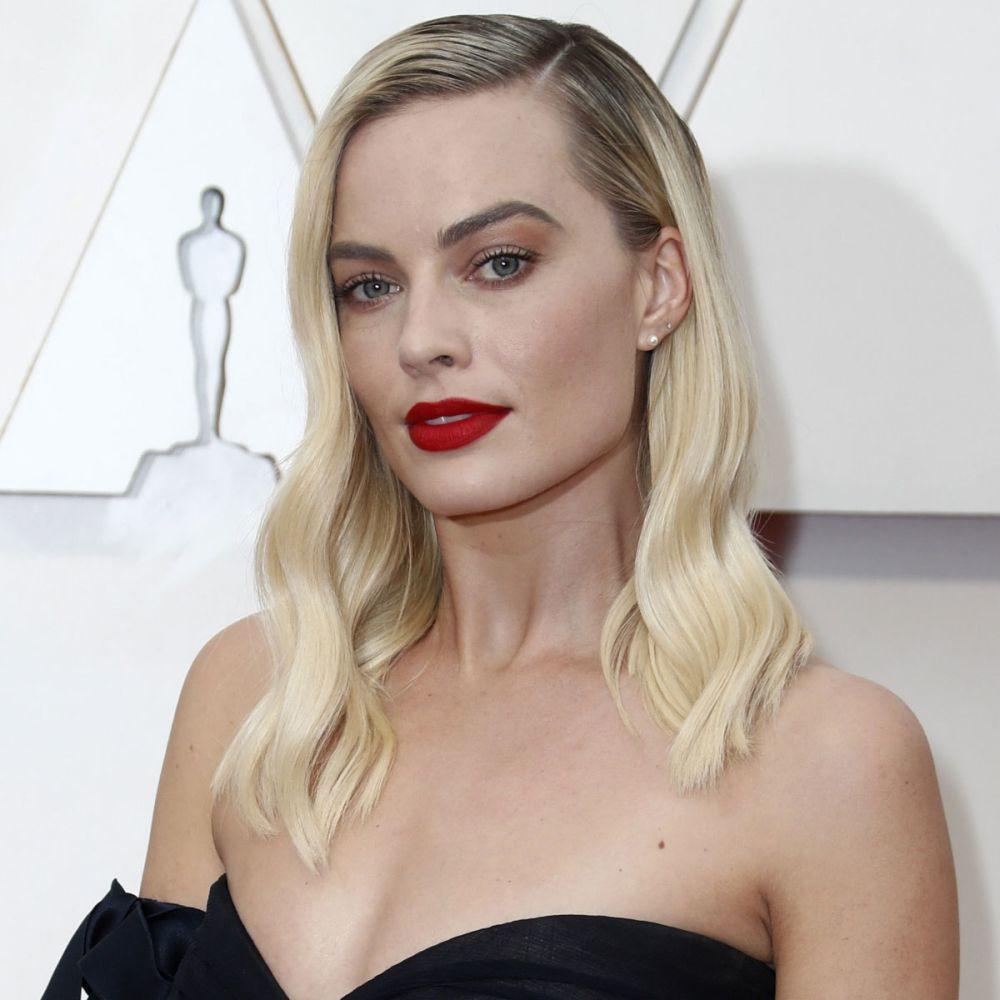 Sobre la base de Margot Robbie se han trabajado varios tonos de rubio con efecto degradado pero el efecto es mucho más marcado por tirar hacia un ice blonde o rubio más platino.