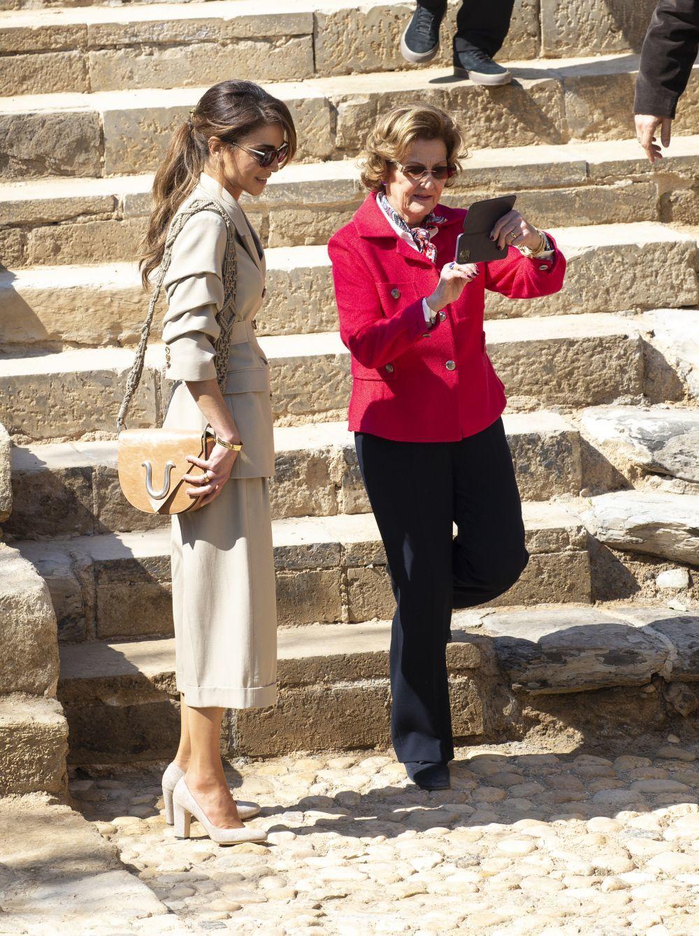 Rania de Jordania con un bolso de Roberto Verino.