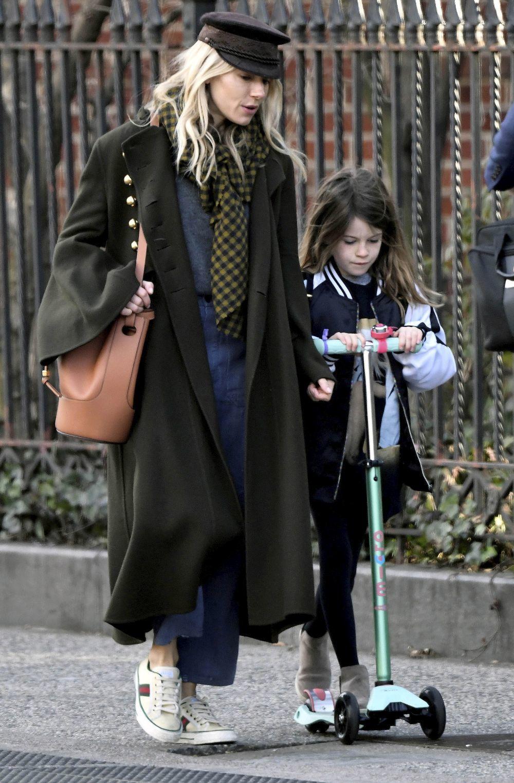 Sienna Miller con el bolso Ballon de Loewe.