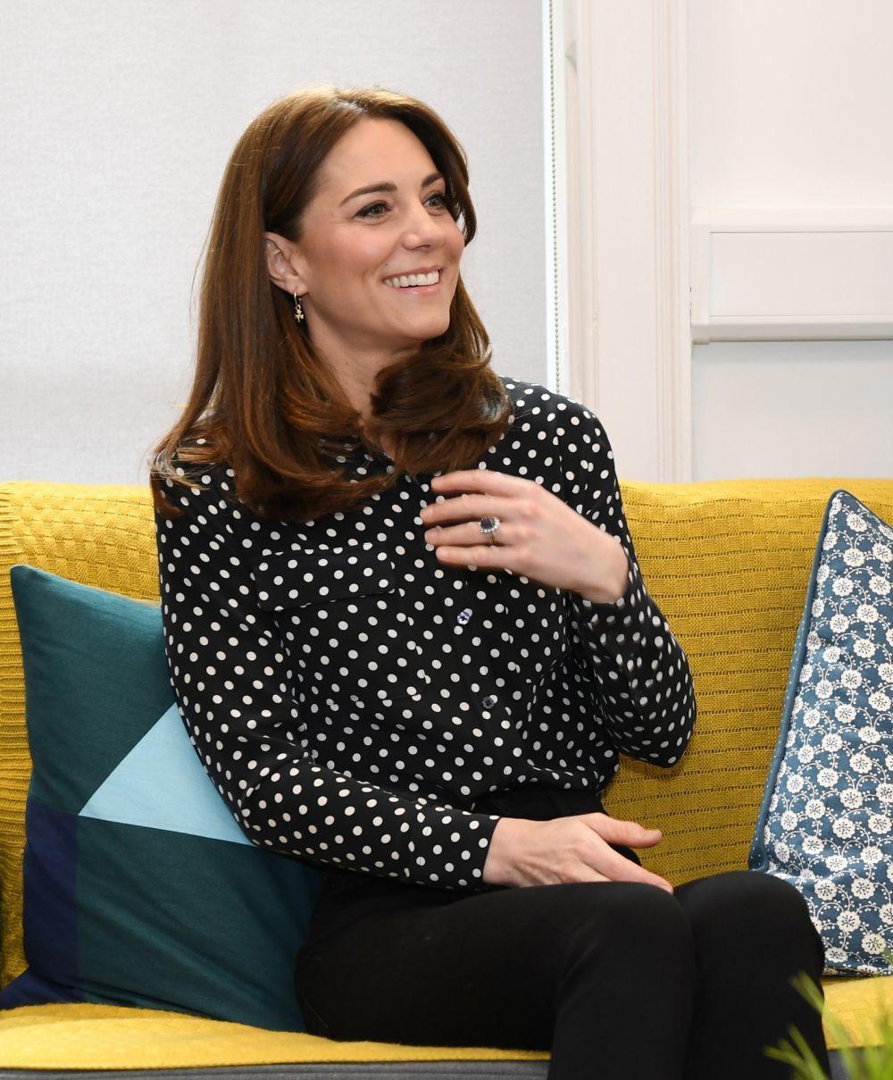 Con el nuevo corte de pelo,Kate Middleton estrena también unas mechas babylights cálidas que dulcifican sus facciones.