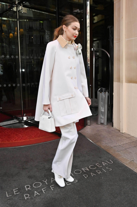 Gigi Hadid con el bolso Capucines Mini de Louis Vuitton.