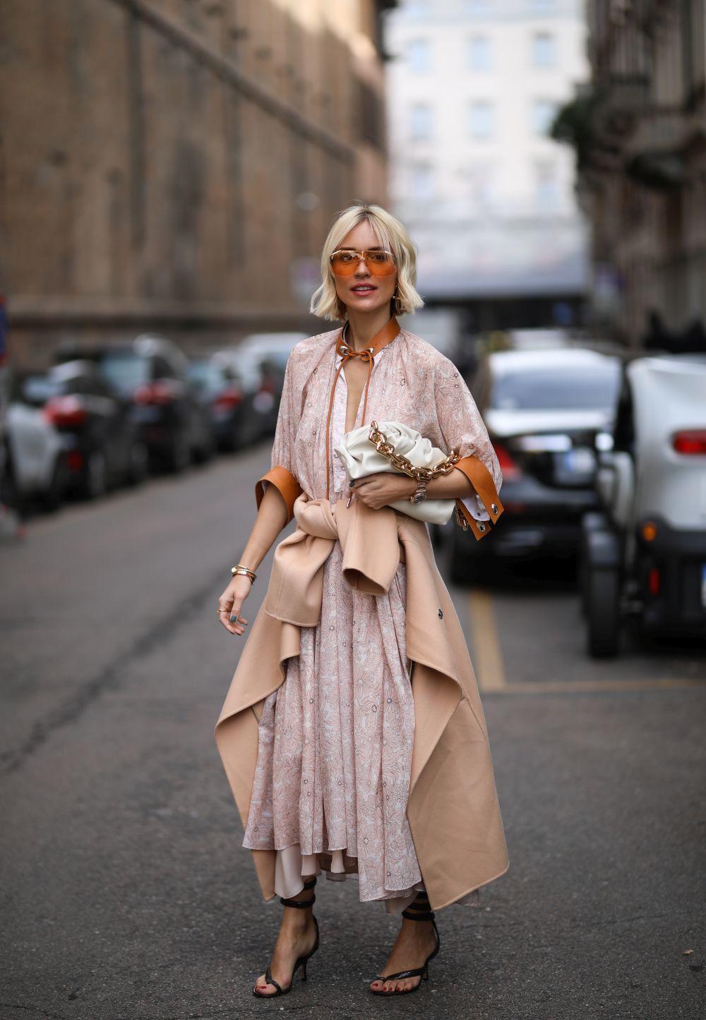Viktoria Rader con el bolso Chain Pouch de Bottega Veneta.