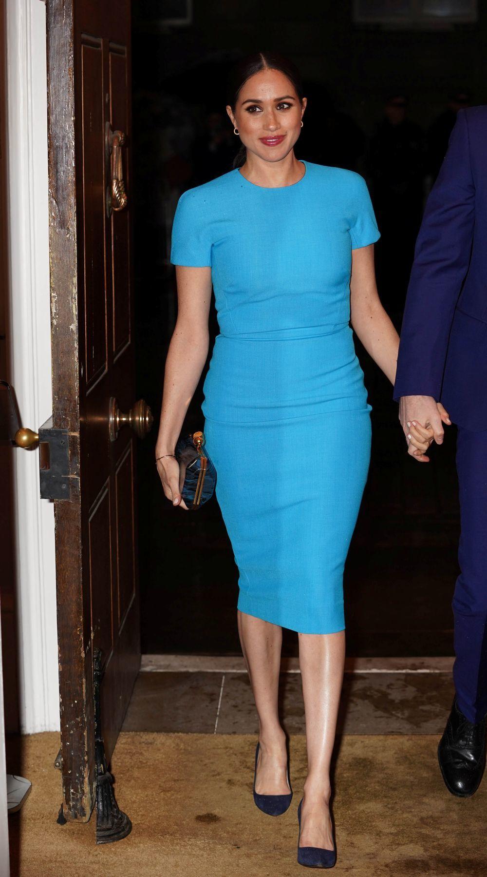 Meghan Markle con un vestido azul de Victoria Beckham