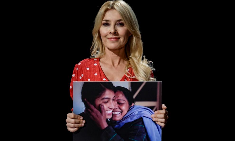 Cayetana Guillén Cuervo con una imagen de Neehta y su madre para...