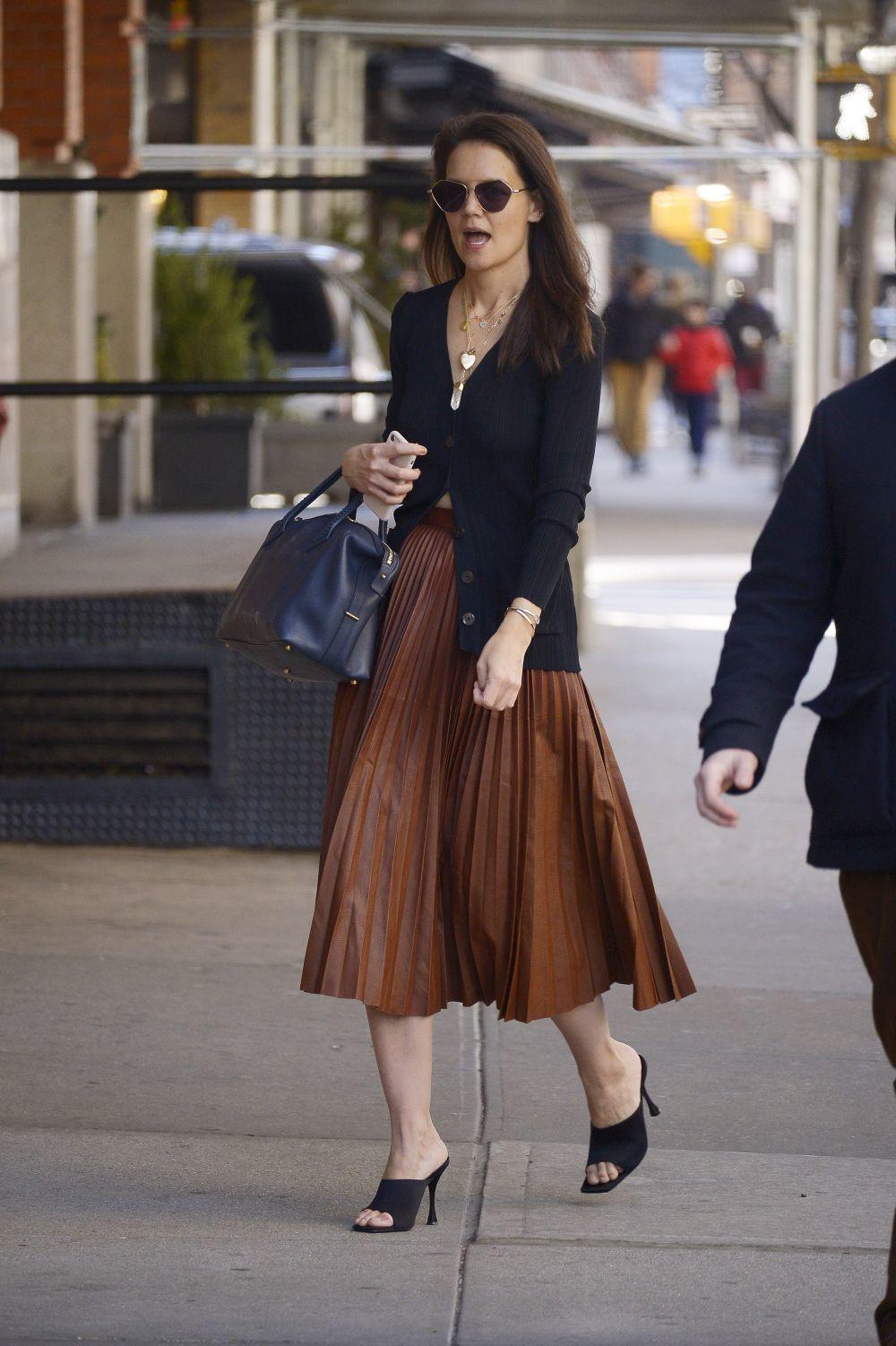 Katie Holmes con una falda midi.