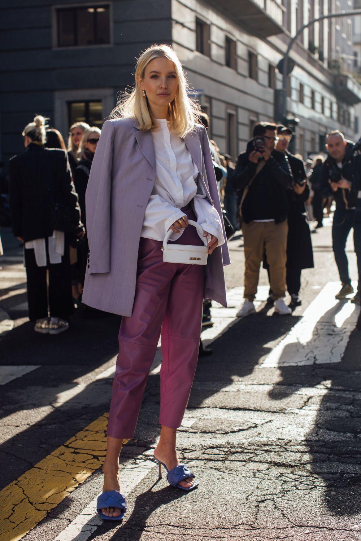 Una invitada a un desfile en Milán Fashion Week.
