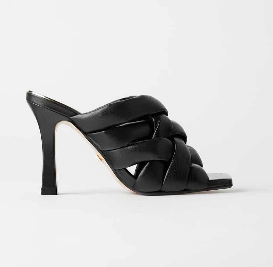 Modelo en negro de Zara (69,95 euros).