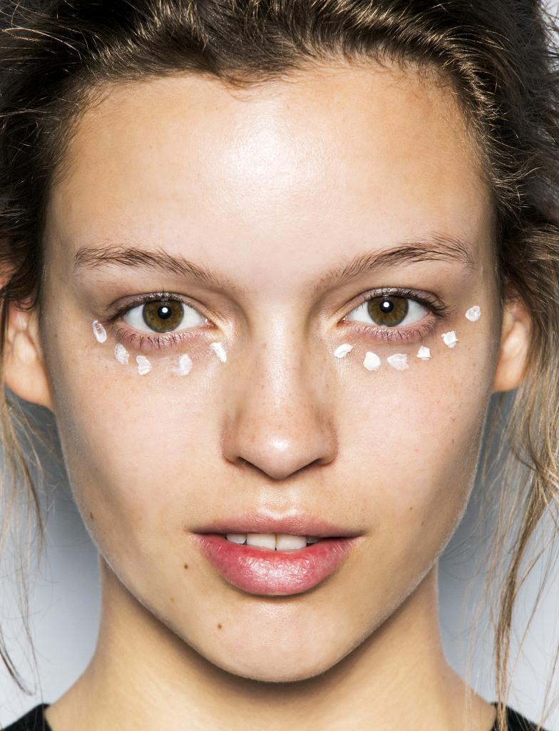 Un contorno de ojos es el complemento indispensable de la crema de cuidado facial.