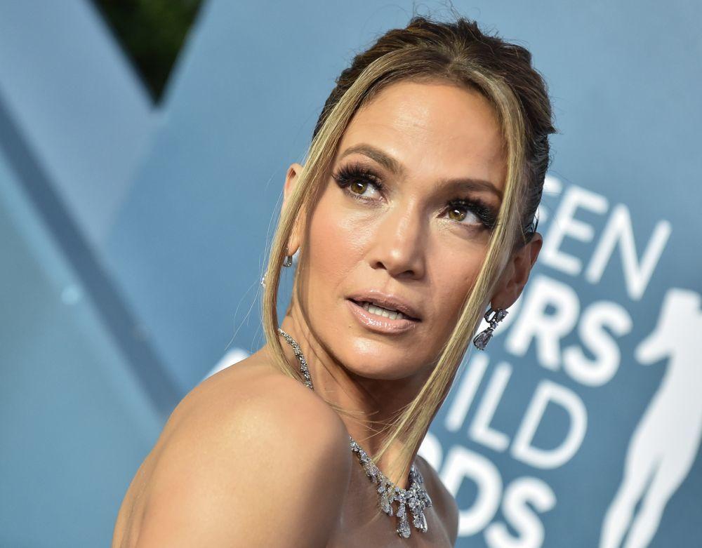 Jennifer Lopez luce una piel impecable y luminosa a sus 51 años y...