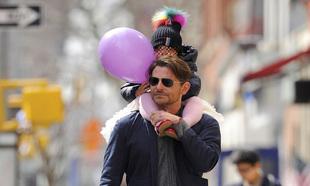 Bradley Cooper con su hija por las calles de Nueva York llevando un...