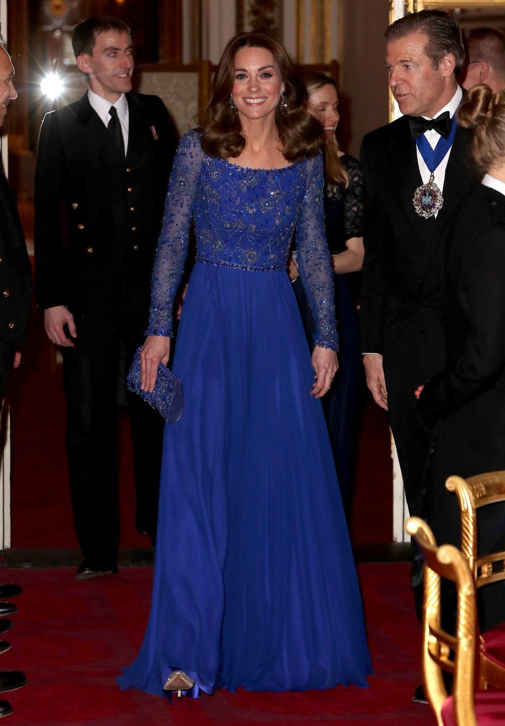 La duquesa de Cambridge con un vestido azul de Jenny Packham.