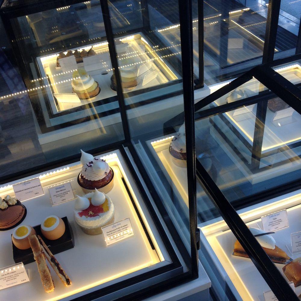Los pasteles son expuestos en vitrinas como si fueran joyas