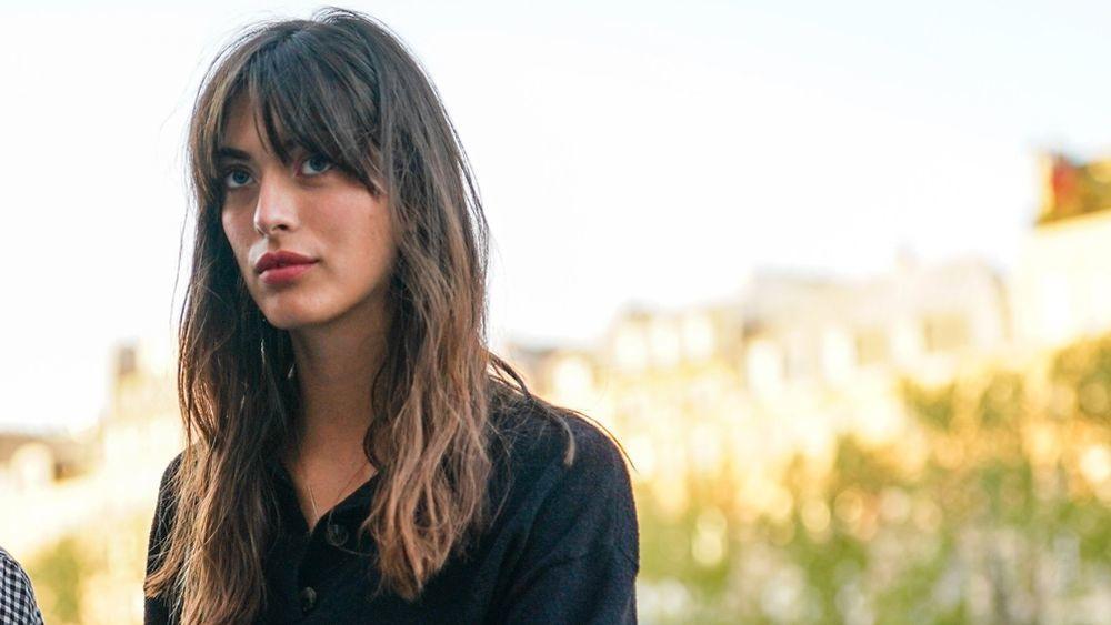 La modelo parisina Louise Follain cuyo flequilo abierto y melena messy siempre nos inspira.