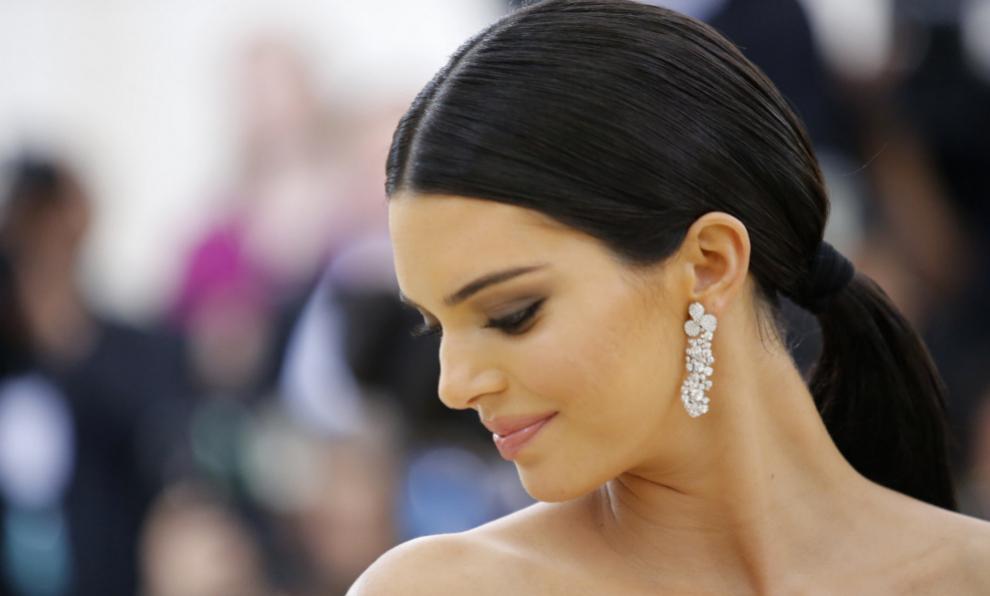 Kendall Jenner lució el vestido plateado en 2016 y revolucionó las...