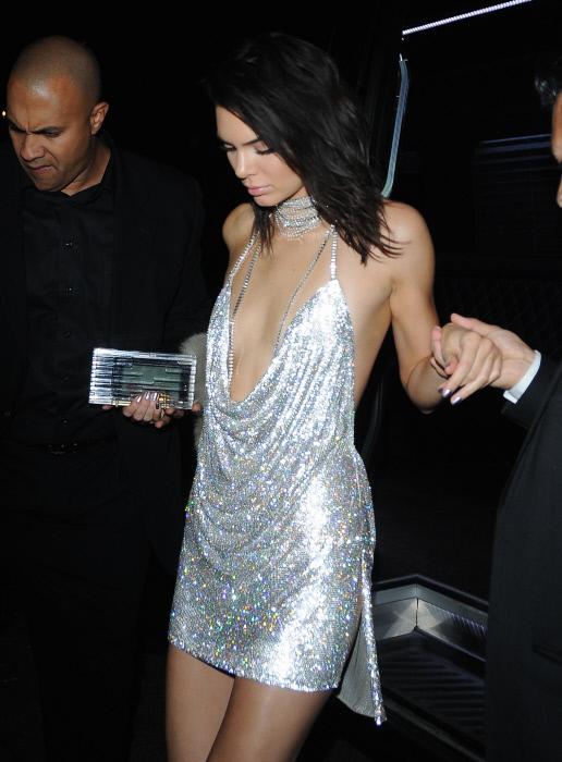 Kendall Jenner luciendo el vestido plateado en su 21 cumpleaños