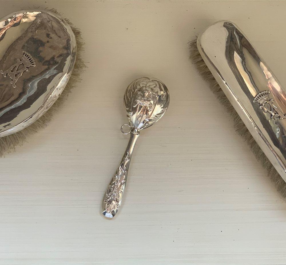 El sonajero preferido de Pepito junto a los cepillos de plata que tenia la madre de Alejandra en su cómoda.