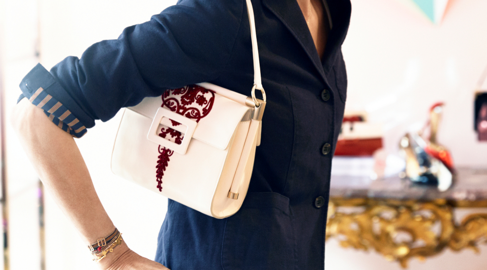 Inés de la Fressange luciendo bolso blanco (que es tendencia)