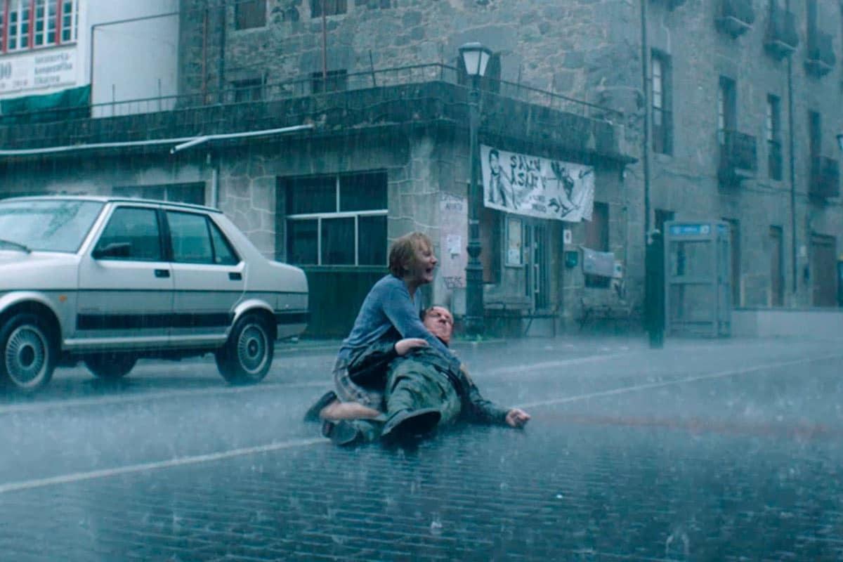 "Bittori abrazando a su marido asesinado, Txato, en la serie ""Patria"", de HBO."
