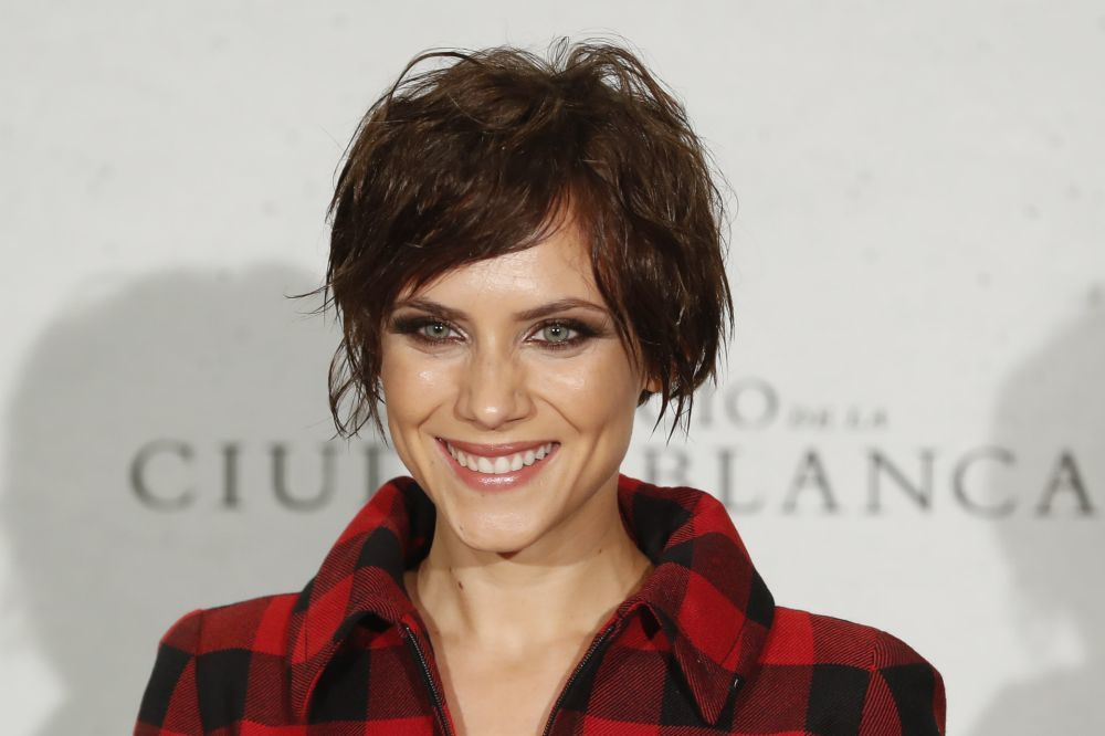 Aura Garrido con un corte de pelo corto shaggy con movimiento y flequillo versátil.