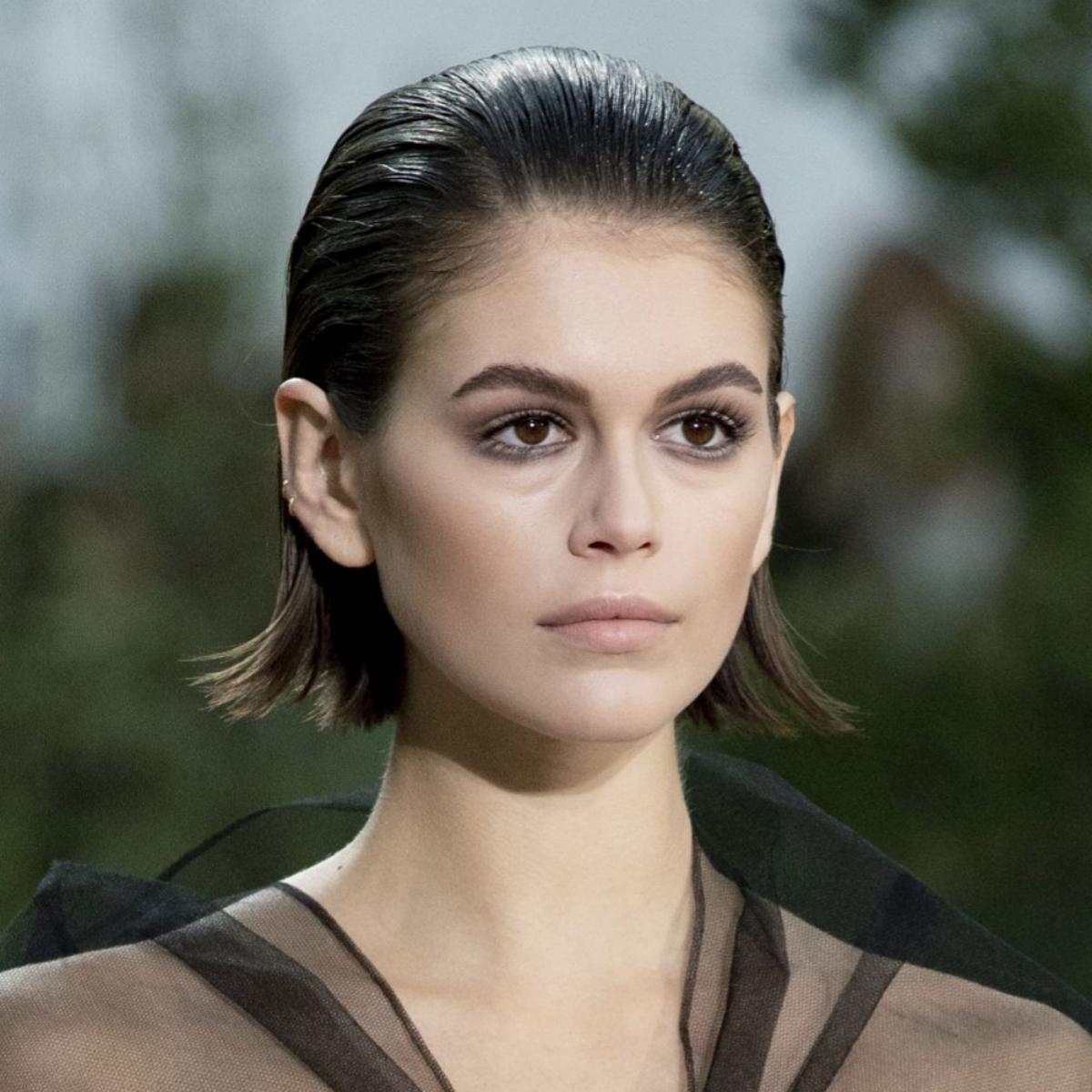 Nos encanta el pelo corto engominado del desfile de Chanel para esta primavera verano 2020 que luce Kaia Gerber.