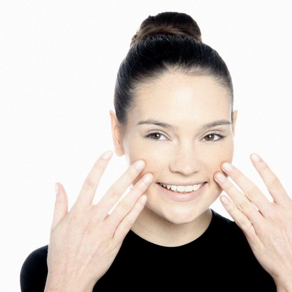 Practica el masaje facial para despertar músculos de tu rostro que creías dormidos.