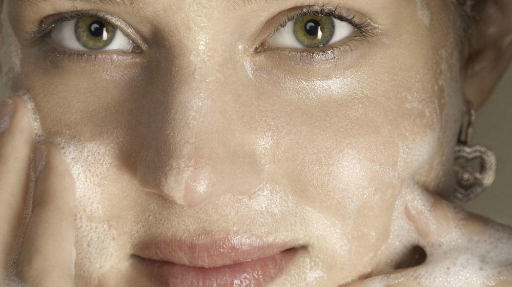 Estos jabones de farmacia limpian tu piel en profundidad y no resecan.