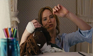 Jennifer Lawrence en un fotograma de la película Joy.