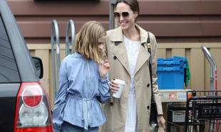 Angelina Jolie en gabardina.