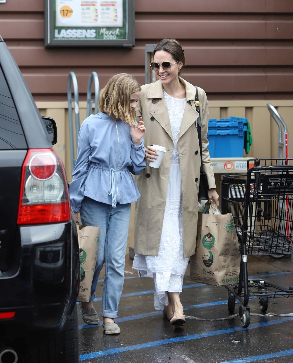 Angelina Jolie junto a su hija.