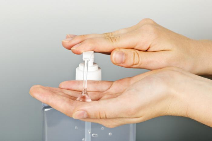 Los geles desinfectantes resecan mucho las manos, es aconsejable aumentar la aplicación de crema nutritiva.