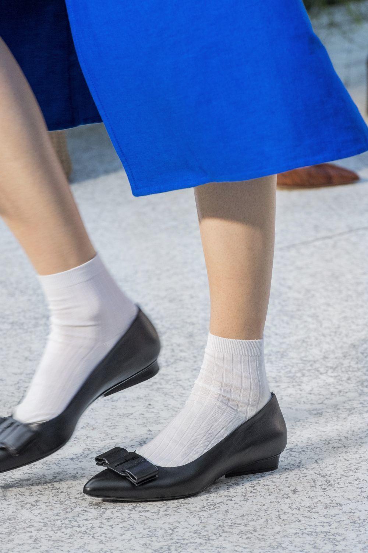Calcetín blanco con bailarina y falda en el desfile de Salvatore Ferragamo.
