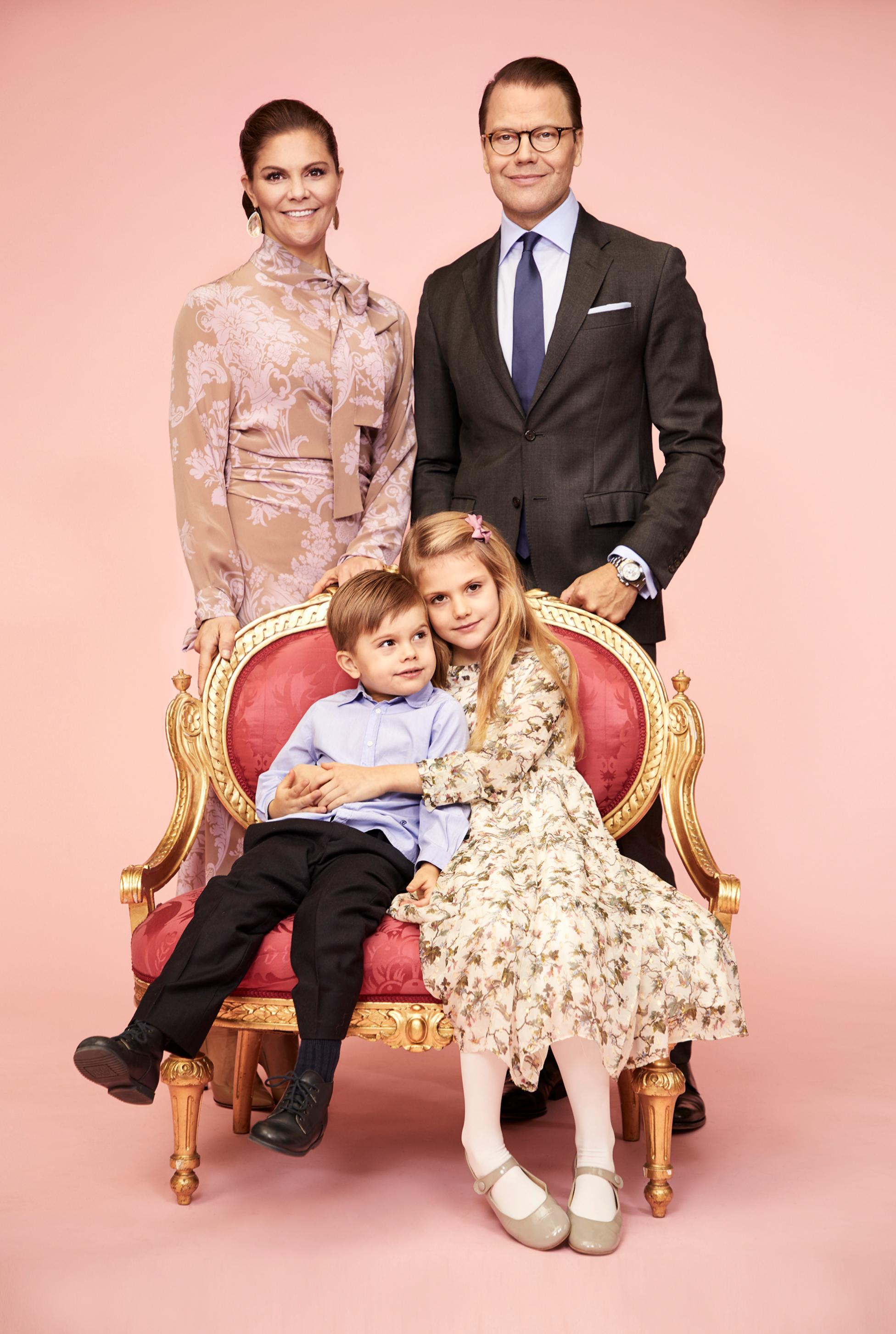 Los príncipes Victoria y Daniel con sus hijos Estelle y Oscar.